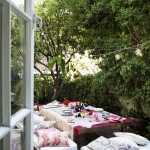 Khu vực giữa sân vườn thay vì bỏ trống bạn có thể bài trí ngay một góc nhỏ làm nơi tổ chức những buổi tiệc thân mật cho gia đình và bạn bè. Những hoạ tiết có tông màu trầm được khuyên dùng cho gối ôm, khăn trải bàn để không bị chìm giữa sắc xanh mát của cây lá xung quanh.