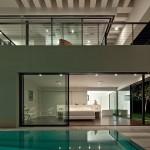 Chẳng có gì có ngăn cản bạn thiết kế một bể bơi trong chính căn nhà mình nếu bạn may mắn sở hữu một không gian sống rộng rãi